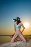 Donna che porta bikini blu Fotografie Stock