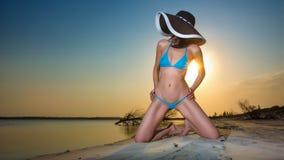 Donna che porta bikini blu Immagine Stock Libera da Diritti