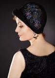 Donna che porta cappello di feltro dipinto nel retro stlyle immagini stock