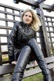 Donna che porta i vestiti alla moda Immagini Stock Libere da Diritti
