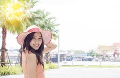 Donna che porta il cappello di paglia rosa con l'espressione di felice Fotografie Stock Libere da Diritti