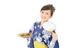 Donna che porta il kimono giapponese di estate immagini stock libere da diritti