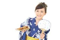 Donna che porta il kimono giapponese di estate fotografie stock libere da diritti