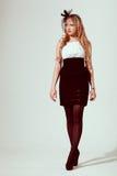 Donna che porta retro vestito syled Fotografia Stock Libera da Diritti