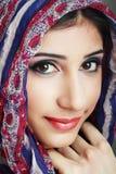 Donna che porta sciarpa capa Fotografia Stock