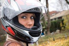 Donna che porta un casco Fotografia Stock Libera da Diritti