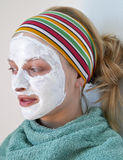Donna che porta una maschera di protezione fotografie stock
