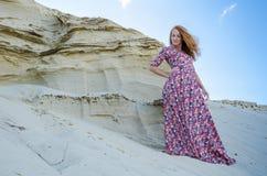 Donna che porta vestito lungo nel deserto Fotografie Stock Libere da Diritti