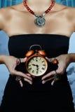 Donna che porta vestito nero Immagine Stock