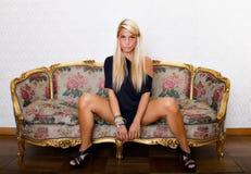 Donna che posa con le gambe aperte fotografie stock