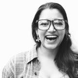 Donna che posa concetto alla moda del nerd del ritratto Fotografia Stock