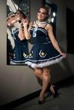 Donna che posa in costume del marinaio Immagini Stock