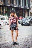 Donna che posa le sfilate di moda esterne di Byblos che costruiscono per la settimana 2014 del modo di Milan Women Fotografie Stock Libere da Diritti