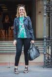 Donna che posa le sfilate di moda esterne di Byblos che costruiscono per la settimana 2014 del modo di Milan Women Immagine Stock Libera da Diritti