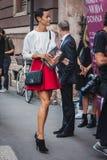 Donna che posa le sfilate di moda esterne di Byblos che costruiscono per la settimana 2014 del modo di Milan Women Immagine Stock
