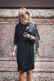 Donna che posa le sfilate di moda esterne di Byblos che costruiscono per la settimana 2014 del modo di Milan Women Fotografie Stock