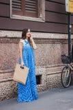 Donna che posa le sfilate di moda esterne di Byblos che costruiscono per la settimana 2014 del modo di Milan Women Fotografia Stock Libera da Diritti