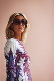 Donna che posa le sfilate di moda esterne di Byblos che costruiscono per la settimana 2014 del modo di Milan Women Immagini Stock