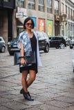 Donna che posa le sfilate di moda esterne di Byblos che costruiscono per la settimana 2014 del modo di Milan Women Fotografia Stock