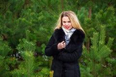 Donna che posa nei pini Fotografia Stock Libera da Diritti