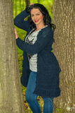 Donna che posa nella foresta Fotografia Stock Libera da Diritti