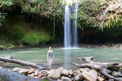 Donna che posa per la foto cascata a Maui, Hawai - Twin Falls nel moto, fermata turistica sulla strada a Hana fotografie stock libere da diritti