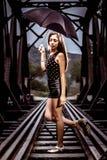 Donna che posa sui binari ferroviari fotografia stock