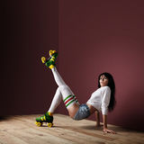Donna che posa sui pattini di rullo dell'annata Immagini Stock