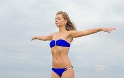 Donna che posa vicino al mare Fotografie Stock Libere da Diritti