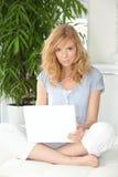 Donna che pratica il surfing il Internet Immagini Stock Libere da Diritti