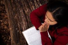 Donna che prega all'aperto immagine stock libera da diritti
