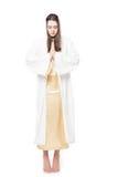 Donna che prega con gli occhi chiusi barefoot Isolato su priorità bassa bianca fotografie stock libere da diritti