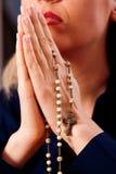 Donna che prega con il rosario al dio Fotografie Stock
