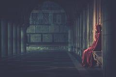 Donna che prega da solo Fotografia Stock