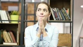 Donna che prega a Dio, desiderante stock footage