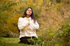 Donna che prega in Forest Preserve Alone immagine stock libera da diritti