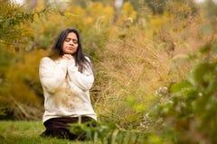Donna che prega in Forest Preserve Alone During bello Autumn Day fotografia stock
