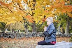 Donna che prega nel cimitero Immagini Stock Libere da Diritti