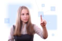 Donna che preme il tasto della rete Immagine Stock