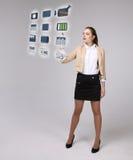 Donna che preme le multimedia e le icone di spettacolo su un fondo virtuale Immagini Stock