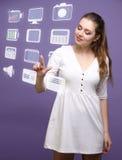 Donna che preme le multimedia e le icone di spettacolo su un fondo virtuale Immagine Stock Libera da Diritti