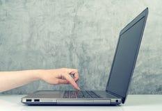 Donna che preme tastiera sul computer portatile Fotografia Stock Libera da Diritti