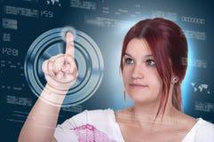 Donna che preme tipo alta tecnologia di bottoni moderni su un BAC virtuale Fotografia Stock Libera da Diritti