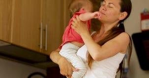 Donna che prende bambino dal pavimento archivi video