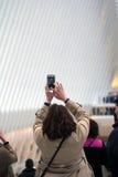 Donna che prende foto di attrazione turistica Immagine Stock