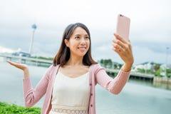 Donna che prende foto sola con il telefono cellulare nella città di Macao Fotografia Stock Libera da Diritti