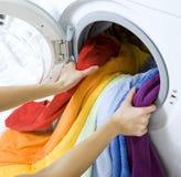 Donna che prende i vestiti dalla lavatrice Fotografia Stock Libera da Diritti
