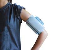 Donna che prende il braccio di pressione sanguigna senza fili Fotografia Stock Libera da Diritti