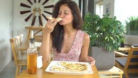 Donna che prende il taglio della pizza di formaggio stock footage