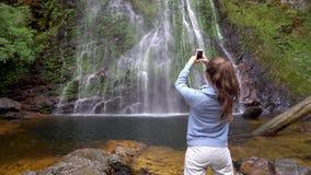 Donna che prende immagine della cascata di amore in Sapa, Vietnam stock footage